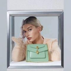 Bella Hadid时尚大片 宝格丽大王联名款双蛇头包