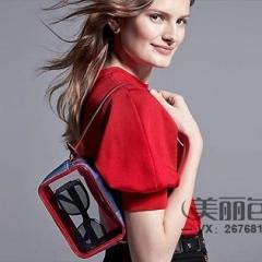 lv 2020 春夏造型,模特肩搭蓝色棋盘格帆布系列 透明相机包