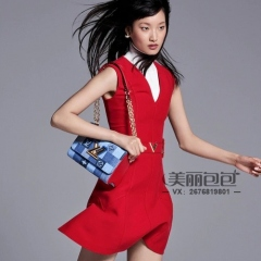 lv 2020 春夏造型 模特肩搭蓝色棋盘格帆布 twist链条包