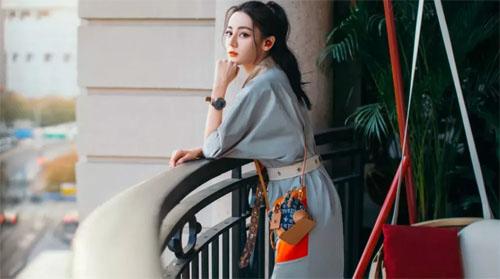 迪丽热巴 欧阳娜娜演绎lv Since 1854蓝色丹宁包