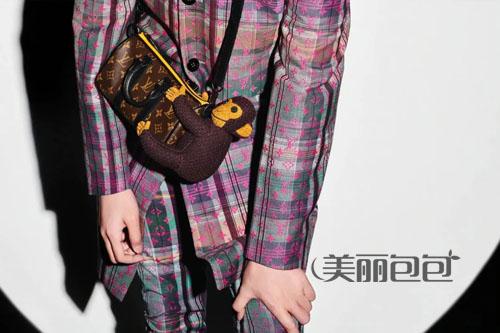 吴亦凡走秀款lv 2021玩偶包 时髦又可爱!